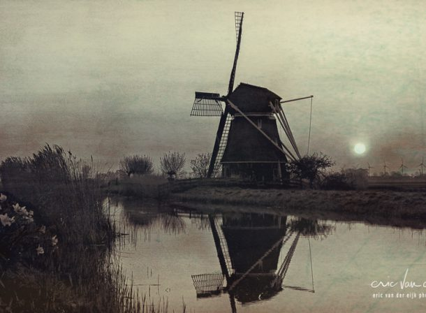 oude molen in Hollands landschap in vintage design
